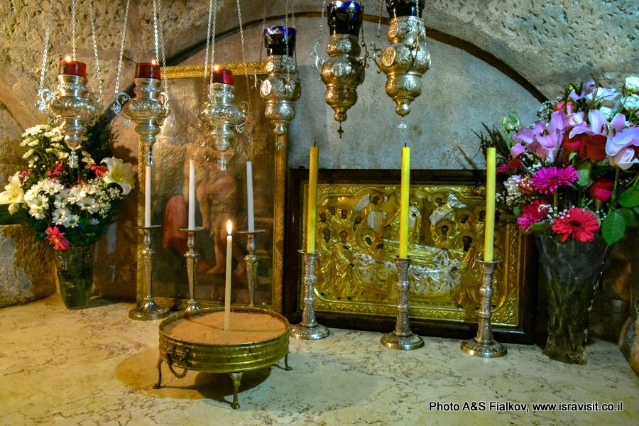 Православный престол над ложем Богородицы в кувуклии в Гробнице Богородицы. Иерусалим. Израиль.