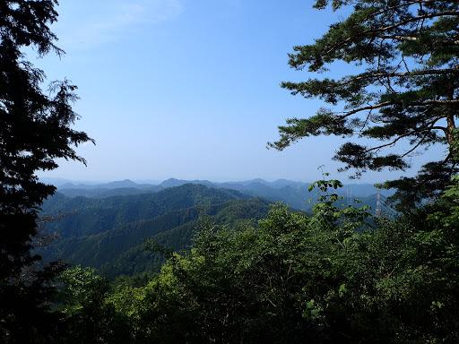 岩場からの展望(中央奥に高曝山と平成山)