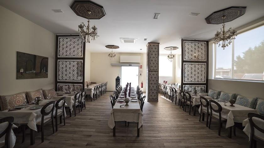 Salón del restaurante, caracterizado por su decoración árabe con toques actuales.