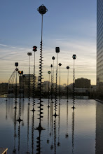 Photo: Le Bassin et les Signaux lumineux de Takis   1988 Vue vers l'Arc de Triomphe