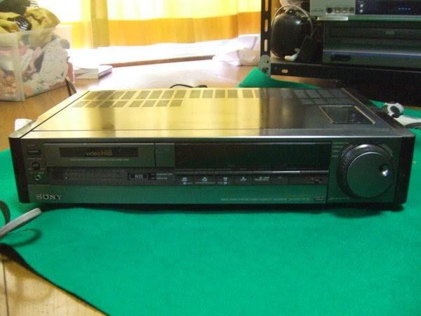 ソニーの8mmビデオデッキ「EV-S900」。しかしモノはイイんですよ。ちゃんと動作しさえすれば。「Hi8」(ハイエイト)対応。VHSより圧倒的に画質いいですよ。あと6トラックに分けてPCM録音ができる。すごい偉い。