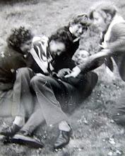 Photo: In een dolle bui: v.l.n.r. Jantje Martens?, Lammie Enting, Seichien Oosting, Hendrik Hoving en Boelina Rabs