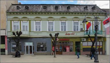 """Photo: Piata Republicii, Nr.39 - 2018.02.10 - inscriptie: - """"Casa din piatra, cu 6 camere, datand dinainte de 1874, a fost reconstruita dupa 1917 cu etaj, 2 pravalii, 11 incaperi in stil eclectic, cu interventii si adaptari de la inceputul sec. XX (1902). Primaria 2011""""  Pagina pe blog: http://ana-maria-catalina.blogspot.ro/2016/02/turda-piata-republicii-nr39.html"""