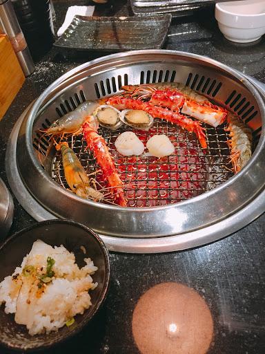 炙燒壽司好吃、比目魚推薦👍沙朗、牛小排也不錯!但烤網易黏,沒吃過也可去吃看看~店員服務態度可再加強會更好