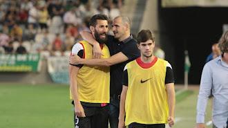 Fernando Soriano abraza a Carlos Cuéllar tras la permanencia.