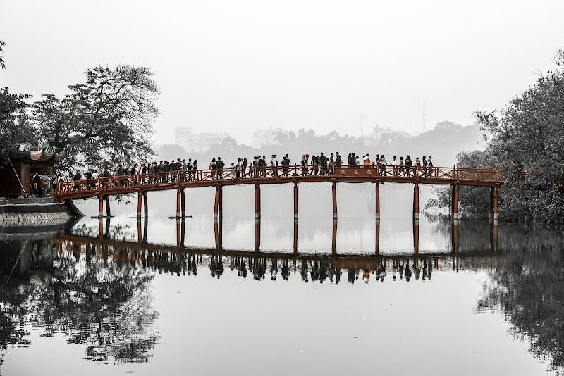 Hanoi, ponte sul lago di Hoan Kiem di mattia pellegrini