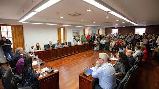 Aspecto del salón de plenos durante la moción de censura.