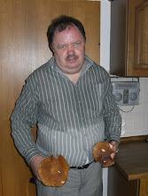 Photo: Peter der Pilzekönig hat wieder zugeschlagen, tolle Steinpilze hat er gefunden - 31.08.2007 - jetzt ist putzen der Pilze angesagt.