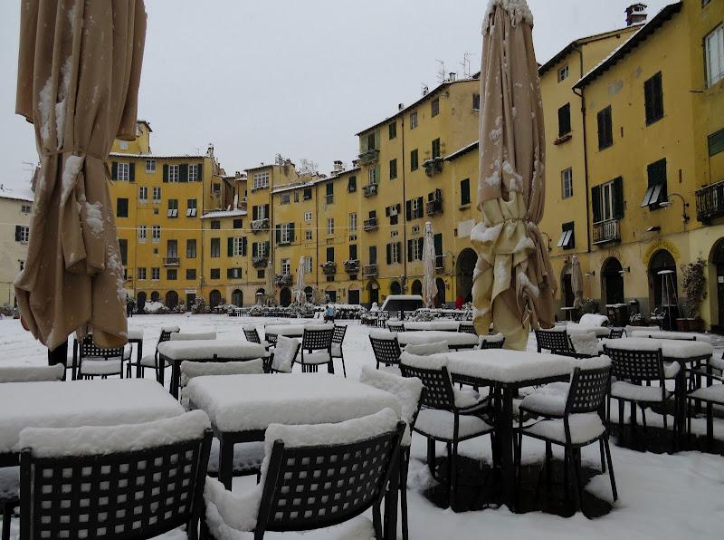Tavolini in Piazza Anfiteatro a Lucca di Giorgio Lucca