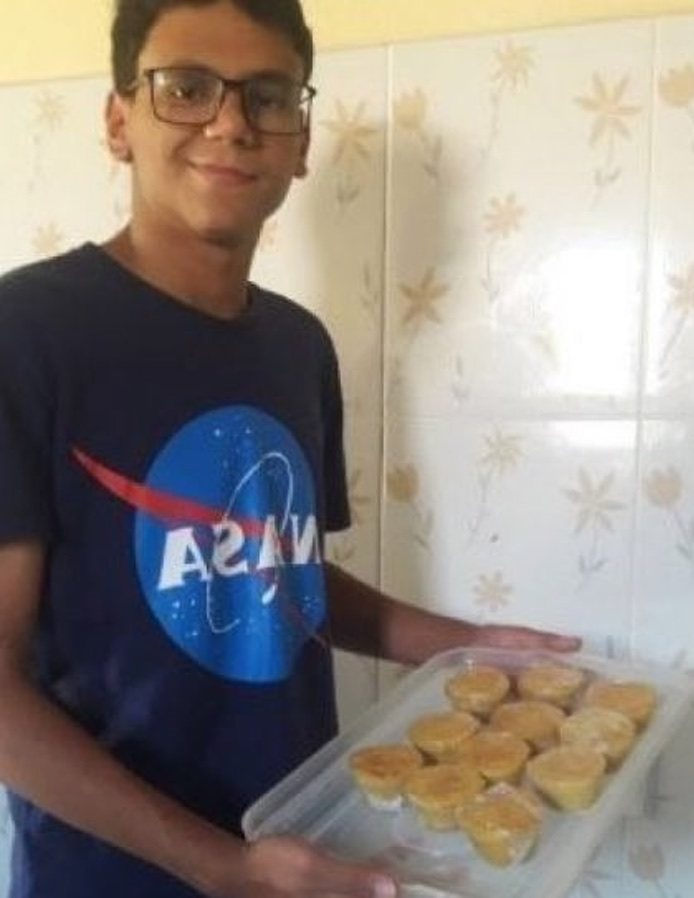 A young man sells cakes on the street to pay for his studies and be an astronomer