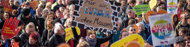 Demonstrant*innen, Plakate: «Gegen Rassismus im Bundestag», «Für ein Europa ohne Mauern», «Stoppt AfD».