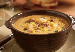 Zdjęcie: Hiszpańska, pikantna zupa z kurczaka z ostrą kiełbasą Chorizo - Slow Cooker Poblano Corn Chowder with Chicken and Chorizo (fot. Foodista)