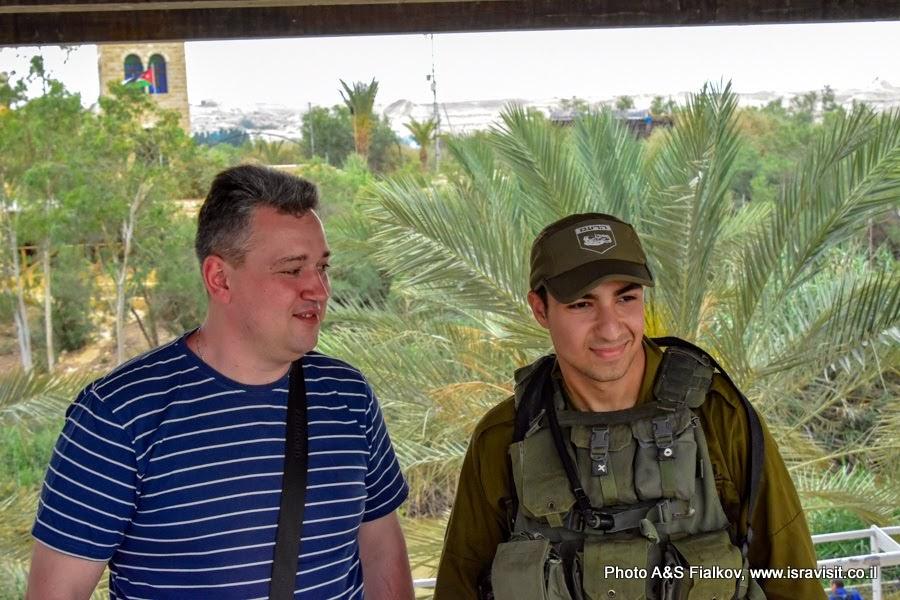 Фотография на память с израильским пограничником. Каср эль Яхуд – истинное место Крещения Иисуса Христа.