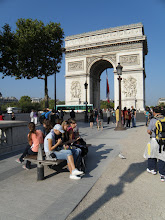 Photo: Polední piknik u Vítězného oblouku (Arc de Triomphe)