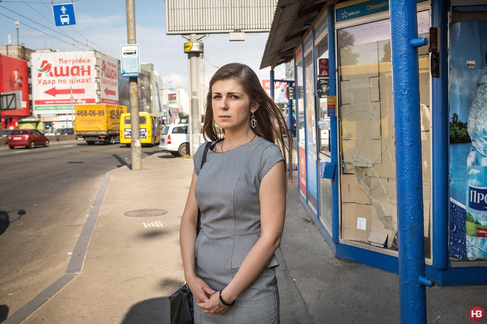ПОСЛЕДНЯЯ ОСТАНОВКА: Киевлянка Юлия Кашпар стоит на том месте, где под колесами вылетевшего на обочину автомобиля погибла ее мать, ожидавшая общественный транспорт