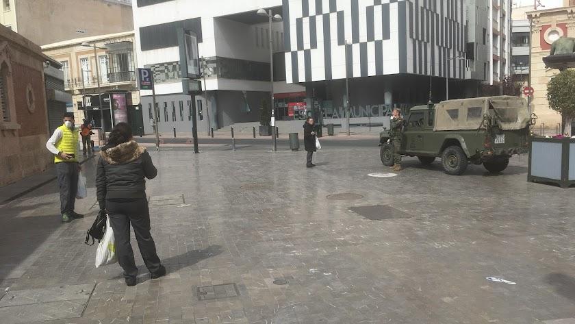 Militares controlando el tránsito en la puerta trasera del Mercado Central, en la Rambla Obispo Orberá.