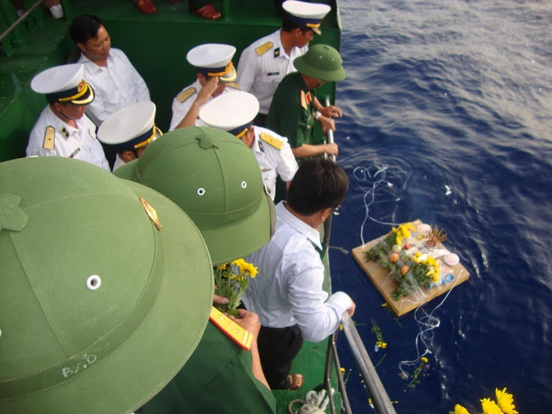 Mỗi đoàn công tác khi đi qua vùng biển nơi có các nhà giàn, đều dừng lại thực hiện nghi lễ tưởng niệm các anh hùng liệt sỹ đã anh dũng hy sinh vì sự nghiệp bảo vệ Tổ quốc.