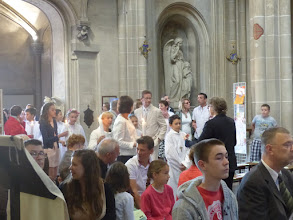 Photo: Mise en place au début de l'église... les communiants avec leur marraine ou parrain !