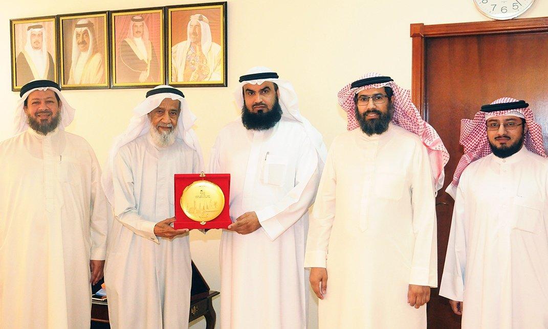 رئيس مجلس الأوقاف السنية يستقبل بمكتبه رئيس جمعية العائلة البحرينية