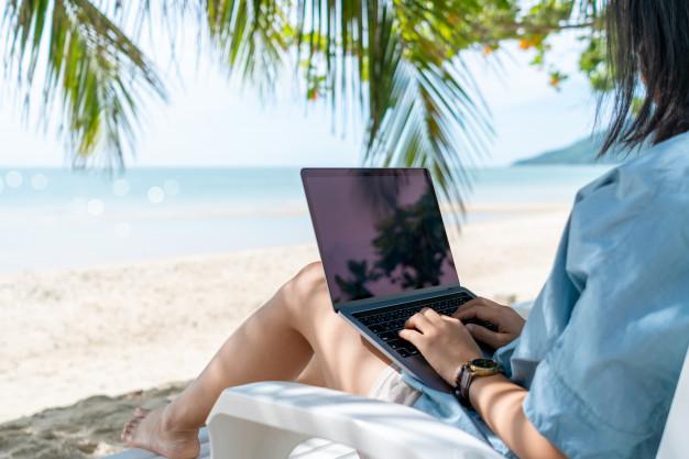 tengerparton dolgozó nő