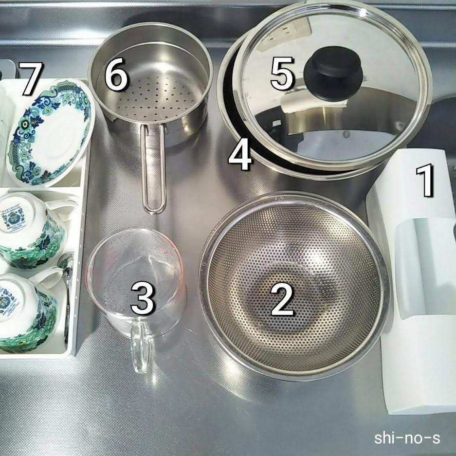 鍋やボウルがキッチン天板に、並べてある