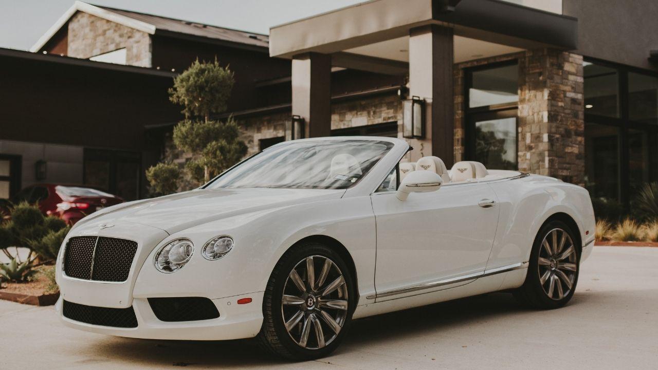 Bentley devant une maison de riche