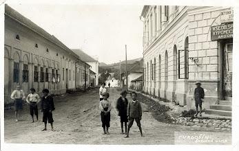 Photo: Na zábere z roku 1924 sa nachádza Mostová ulica so starým mostom (dnešnou lavicou pre peších). Dom oproti radnici (prvý zľava) bol postavený v rokoch 1900-1905
