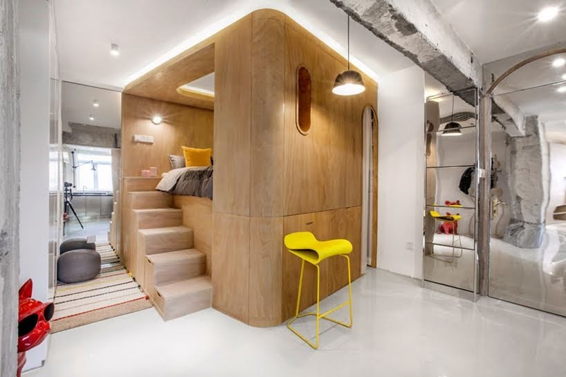 Este pequeño apartamento tiene una cama elevada dentro de una caja de madera