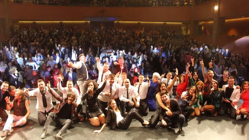Los artistas, sobre el escenario y ante el público que llenó el Auditorio Maestro Padilla.