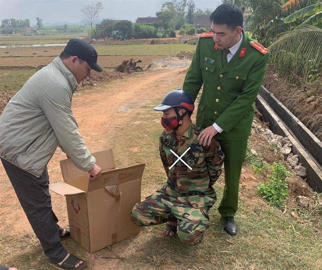 Lực lượng chức năng bắt giữ đối tượng                   Nguyễn Hữu Trung (X) cùng tang vật