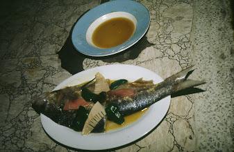 Photo: 11068 鎮江/金山飯店/台所/下ごしらえ/清蒸鰣魚/鰣魚の上に水晶肴肉をのせて蒸したもの。