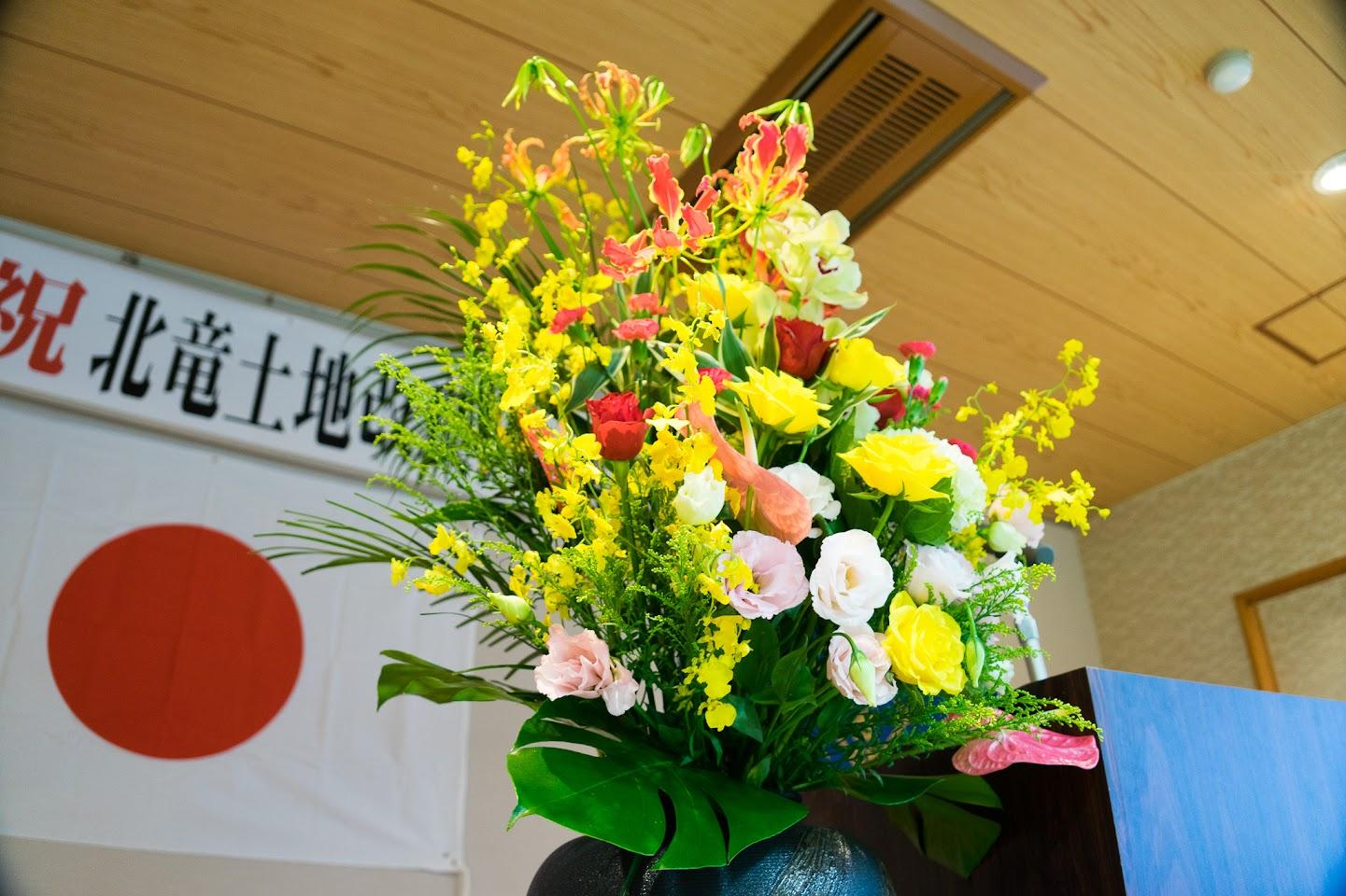 会場を彩どる壇上花