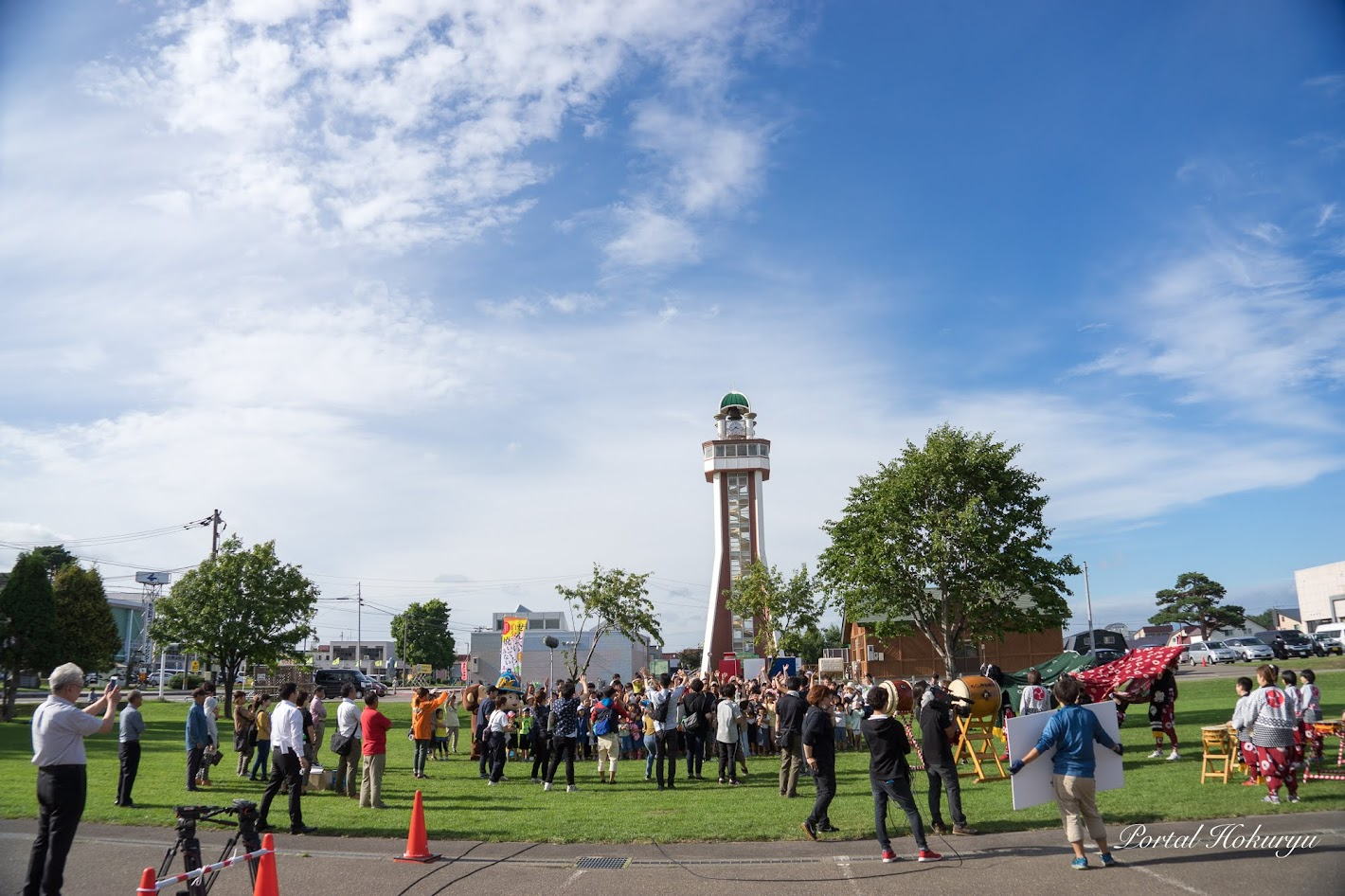 開基百年記念塔の前の芝生広場(秩父別町)