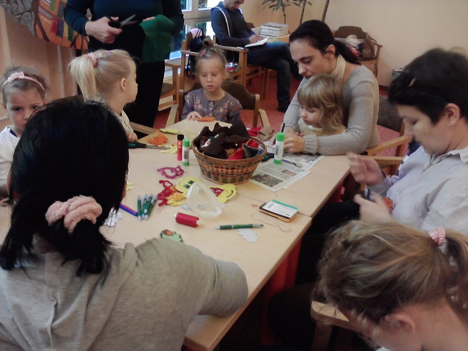 Szülők és gyerekek kézműveskednek
