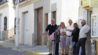 Residentes ingleses junto a una inmobiliaria en Arboleas.