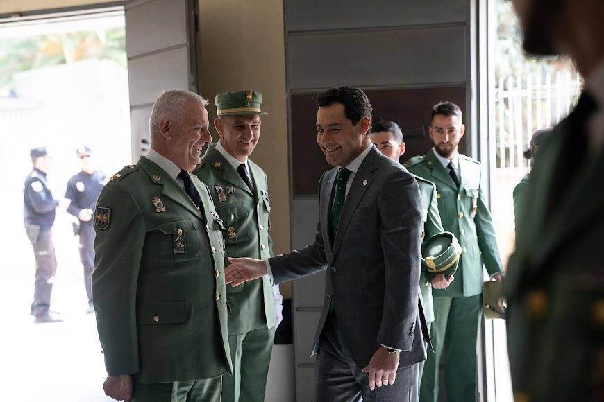 Juanma Moreno saluda a representantes de la legión.