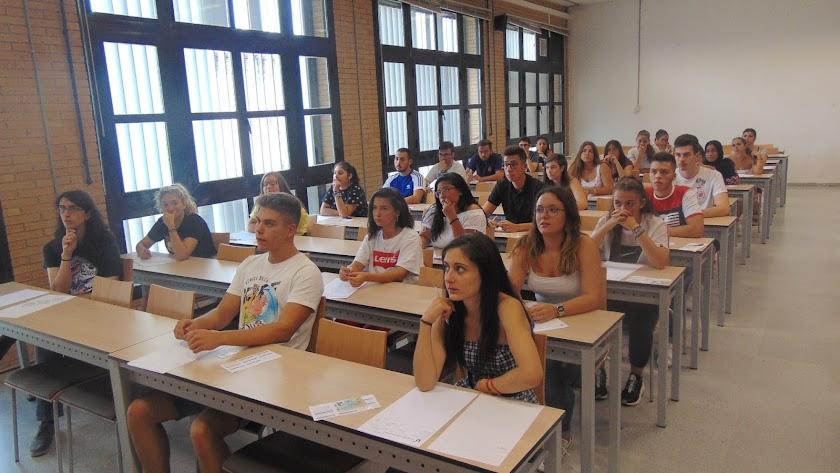 Los estudiantes antes de realizar la prueba de idiomas en el Aulario II de la Universidad de Almería.