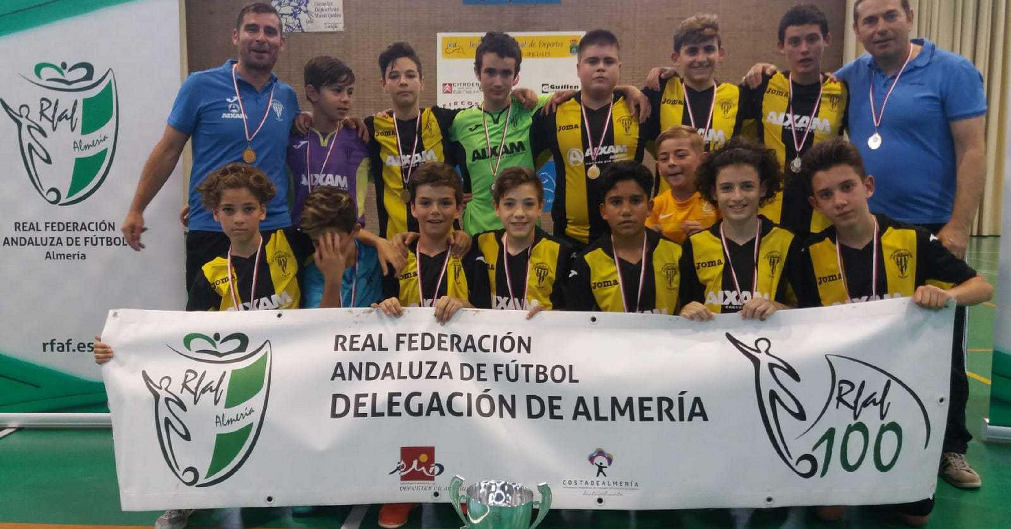 Los campeones posan con la Copa de Almería.