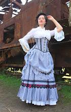 Photo: Figurino steampunk composto por pettitcoat, saia em tricoline listrado com sobressaia com babados e rendas, estilo vitoriana tardio, camisa com babados branco e corset  (Ref.: CRU 002), em tricoline listrado, PU soft ( imitação de couro) marrom e fechos de alavanca ouro-velho.  Site: http://www.josetteblanchard.com/  Facebook: https://www.facebook.com/JosetteBlanchardCorsets/  Email: josetteblanchardcorsets@gmail.com josetteblanchardcorsets@hotmail.com