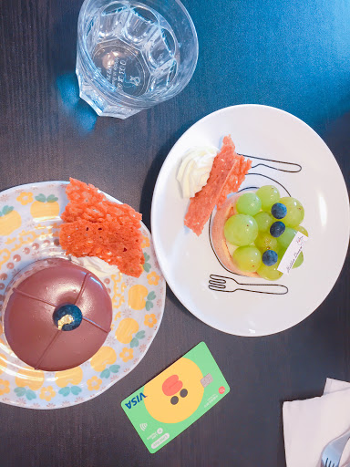 甜點口感豐富 黑公爵甜中帶點苦味,青澀由青葡萄砌成偏甜 整體來說還不錯