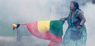 Frau mit Fahne.