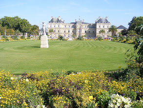 Photo: And a final look back on the Palace and Gardens as I proceed southerly. There's another line expected for my afternoon stop, so lunch will need to be a sandwich picked up for the popular Rue Mouffetard shopping street.