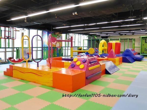 跳跳蛙親子運動餐廳 專為小朋友設計的室內運動場所 玩中學習 訓練肌力/感覺統合能力/運動反應能力 松山區親子餐廳 @范范愛分享