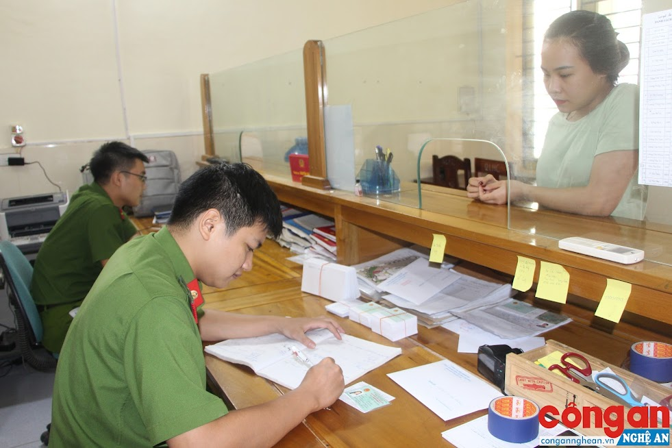CBCS Đội Cảnh sát QLHC về TTXH tận tình hướng dẫn người dân giải quyết các thủ tục hành chính