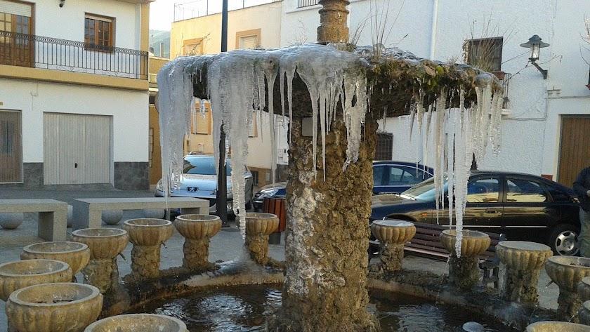 La fuente de la plaza de Abrucena con témpanos de hielo, en una imagen de 2012.