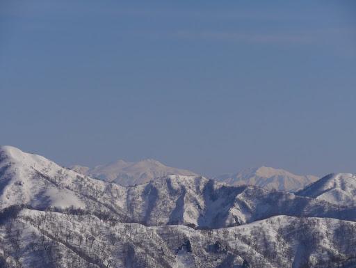 高丸(左)・烏帽子山(右)の間に白山(左)と別山(右)