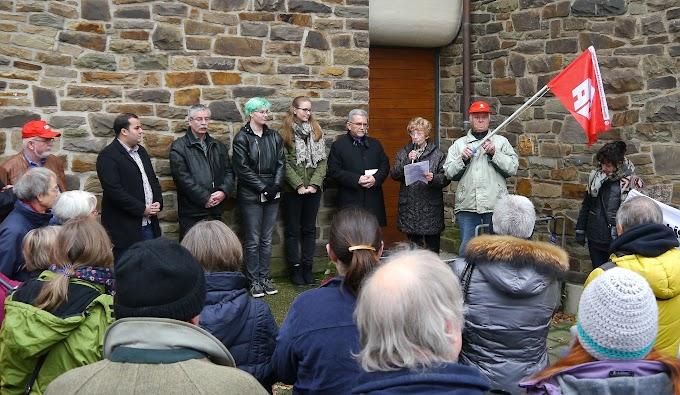 Menschen vor Kirchenmauer, Gewerkschaftsfahne, Walborg redet.