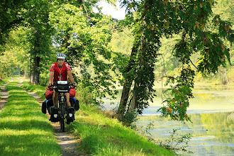 Photo: Nous pédalons le plus souvent sous les arbres en bordure du canal à notre gauche et la rivière Potomac à droite.