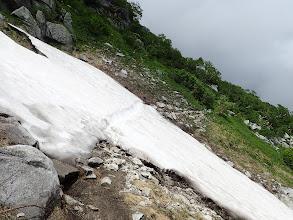 雪渓を渡る2