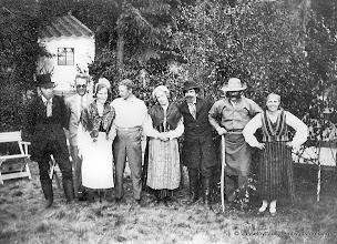 Photo: Vasselhyttans bygdegård 1935. Fr vänster Edvard Larsson, Fritz Pettersson, Nanny Hansson, Einar Vernersson, Olga Lundmark,